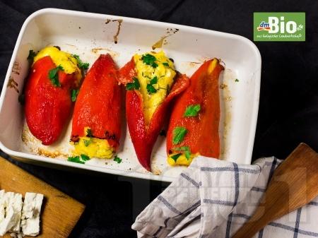 Постни печени червени чушки пълнени с полента, сирене, и яйца - снимка на рецептата